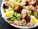 Рецепта Зелена салата с макарони, варени яйца и риба тон